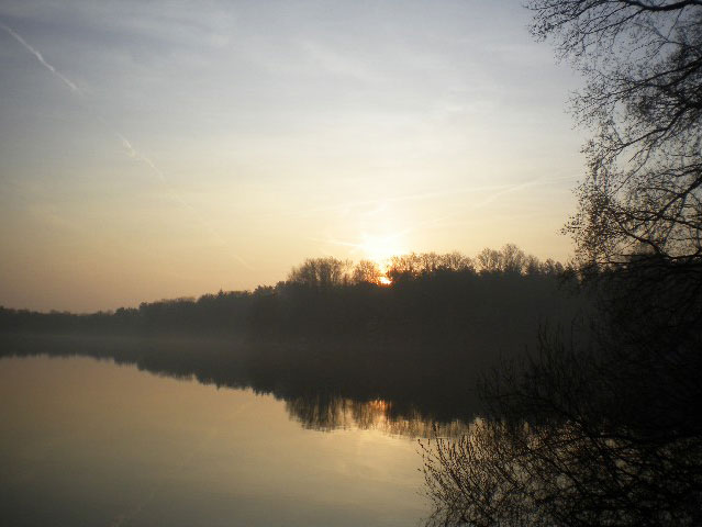 Sonnenaufgang am See, outdoor kochen auf Kanu-Touren in einer Glasflasche