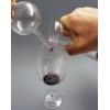 So füllt man den Wein tropfenfrei ein. Aber das weiß man ja seit der Chemie-Grundausbildung!