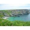 Drama an der Steilküste von Belle-Ile in der Bretagne: Panoramablick über die 40 m hohe Felsenküste von Belle-Ile. Ein schmaler Pfad fürhrt an der Klippkante entlang. Ein uvorsichtiger Schnritt kann hier schnell der letzte sein.
